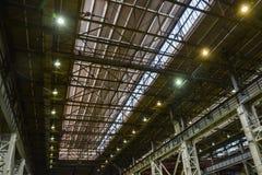 Ανώτατες πλάκες στα βιομηχανικά κτήρια, δομή χάλυβα στεγών με τους λαμπτήρες της σύγχρονης αποθήκης εμπορευμάτων ή εργοστάσιο Στοκ φωτογραφίες με δικαίωμα ελεύθερης χρήσης