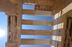 Ανώτατες στήλες του Propylaea της ακρόπολη της Αθήνας s στο Acroplis της Αθήνας Ιστορία, αρχιτεκτονική, ταξίδι, κρουαζιέρες στοκ εικόνες