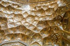Ανώτατη σύσταση της διακοσμητικής χρυσής επικάλυψης με θολωτή κατασκευή muqarnas με την εργασία καθρεφτών στην είσοδο του παλατιο στοκ εικόνες