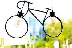 Ανώτατος λαμπτήρας Προσάρτημα που γίνεται ελαφρύ με μορφή ενός ποδηλάτου στοκ φωτογραφία με δικαίωμα ελεύθερης χρήσης