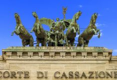 Ανώτατο δικαστήριο της ακύρωσης (Ιταλία) - άρμα με τα πρότυπα και τα άλογα αετών στοκ φωτογραφία