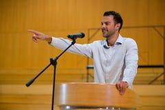 Ανώτατο στέλεχος επιχείρησης που δείχνει δίνοντας μια ομιλία Στοκ Φωτογραφία