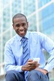 Ανώτατο στέλεχος επιχείρησης που χρησιμοποιεί το έξυπνο τηλέφωνό του στοκ φωτογραφία με δικαίωμα ελεύθερης χρήσης