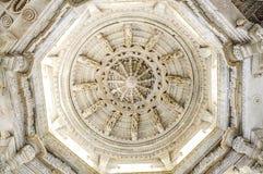 Ανώτατο όριο κύκλων σε έναν ναό σε Ranakpur στην Ινδία Στοκ εικόνα με δικαίωμα ελεύθερης χρήσης