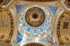 Ανώτατο όριο με τα γλυπτά και τα έργα ζωγραφικής Βίβλων στο εσωτερικό του καθεδρικού ναού του ST Isaacs σε Άγιο Πετρούπολη, Ρωσία στοκ εικόνες