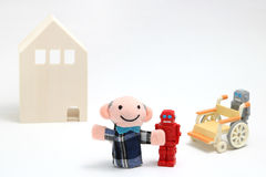 Ανώτερα άτομο και ρομπότ με την αναπηρική καρέκλα στο άσπρο υπόβαθρο Προσοχή περιποίησης και βοηθητική έννοια ρομπότ Στοκ Εικόνες