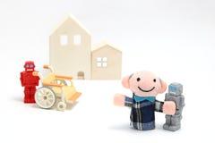 Ανώτερα άτομο και ρομπότ με την αναπηρική καρέκλα στο άσπρο υπόβαθρο Προσοχή περιποίησης και βοηθητική έννοια ρομπότ Στοκ Φωτογραφίες
