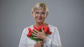 Ανώτερα θηλυκά μυρίζοντας λουλούδια και χαμόγελο στη κάμερα, ρομαντικ απόθεμα βίντεο