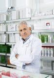 Ανώτερα μόνιμα όπλα φαρμακοποιών που διασχίζονται στο φαρμακείο στοκ εικόνες με δικαίωμα ελεύθερης χρήσης