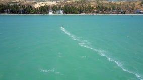 Ανώτερα πανιά άποψης surfer στην ακτή με το foamy ίχνος απόθεμα βίντεο