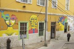 Ανώτερα περάσματα ατόμων από ένα ζωηρόχρωμο έργο τέχνης γκράφιτι, Valparaiso, Χιλή Στοκ φωτογραφία με δικαίωμα ελεύθερης χρήσης