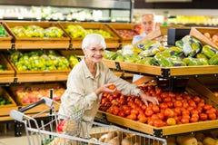 Ανώτερα τρόφιμα αγοράς ζευγών στο παντοπωλείο στοκ εικόνα με δικαίωμα ελεύθερης χρήσης