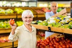 Ανώτερα τρόφιμα αγοράς ζευγών στο παντοπωλείο στοκ φωτογραφία με δικαίωμα ελεύθερης χρήσης