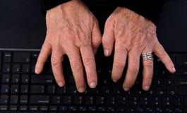 Ανώτερα χέρια γυναικών στο πληκτρολόγιο υπολογιστών στοκ εικόνες με δικαίωμα ελεύθερης χρήσης