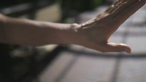 Ανώτερα χέρια κατά τη διάρκεια της δέσμευσης με το δαχτυλίδι διαμαντιών απόθεμα βίντεο