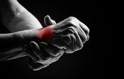 Ανώτερα χέρια. Να πάσσει από τον πόνο και το ρευματισμό στοκ εικόνες με δικαίωμα ελεύθερης χρήσης