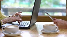 Ανώτερα χέρια που χρησιμοποιούν τις συσκευές φιλμ μικρού μήκους