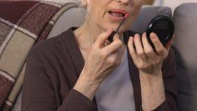Ανώτερα χείλια ζωγραφικής γυναικών με το κόκκινο κραγιόν, που προετοιμάζεται για τη ρομαντική ημερομηνία απόθεμα βίντεο