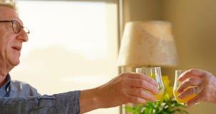 Ανώτερα ψήνοντας ποτήρια ζευγών του χυμού στο σπίτι 4k απόθεμα βίντεο