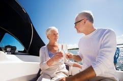 Ανώτερα clinking γυαλιά ζευγών στη βάρκα ή το γιοτ Στοκ Εικόνες