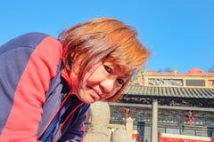 Ανώτερες ασιατικές γυναίκες τουριστών στον προγονικό ναό στοκ εικόνες