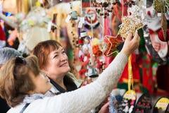 Ανώτερες γυναίκες στην αγορά Χριστουγέννων Στοκ εικόνα με δικαίωμα ελεύθερης χρήσης
