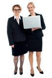 Ανώτερες επιχειρηματίες που θέτουν με το lap-top Στοκ Φωτογραφία