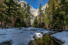 Ανώτερες και χαμηλότερες πτώσεις Yosemite - εθνικό πάρκο Yosemite, Καλιφόρνια, ΗΠΑ Στοκ εικόνα με δικαίωμα ελεύθερης χρήσης