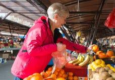 Ανώτερες κυρίες στην αγορά Στοκ φωτογραφίες με δικαίωμα ελεύθερης χρήσης