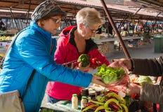 Ανώτερες κυρίες στην αγορά Στοκ Φωτογραφίες