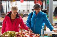 Ανώτερες κυρίες στην αγορά Στοκ φωτογραφία με δικαίωμα ελεύθερης χρήσης