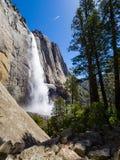 Ανώτερες πτώσεις Yosemite με το ίχνος ουρανού Στοκ Εικόνα