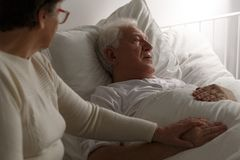 Ανώτερες τελευταίες στιγμές στο νοσοκομείο στοκ εικόνα με δικαίωμα ελεύθερης χρήσης
