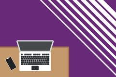 Ανώτερη άποψης γραφείων εργασίας θέσεων πλευρά smartphone γραφείων lap-top ξύλινη Desktop ηλεκτρονικών συσκευών φορητός υπολογιστ ελεύθερη απεικόνιση δικαιώματος