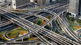 Ανώτερη άποψη σχετικά με τη σύγχρονη ανταλλαγή κυκλοφορίας στο Ντουμπάι το πρωί φιλμ μικρού μήκους
