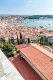 Ανώτερη άποψη σχετικά με τις στέγες της παλαιάς ευρωπαϊκής θαλάσσιας πόλης κοντά στον κόλπο θάλασσας Στοκ εικόνες με δικαίωμα ελεύθερης χρήσης