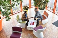 Ανώτερη άποψη των επιχειρηματιών που συλλέγουν για τη συνεδρίαση Στοκ φωτογραφίες με δικαίωμα ελεύθερης χρήσης