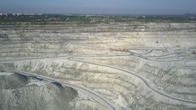 Ανώτερη έκταση ανοικτών κοιλωμάτων ορυχείων αμιάντων άποψης κοντά στην πράσινη πόλη απόθεμα βίντεο