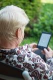 Ανώτερη ανάγνωση γυναικών eBook Στοκ φωτογραφία με δικαίωμα ελεύθερης χρήσης