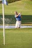 Ανώτερη αρσενική αποθήκη παιχνιδιού παικτών γκολφ Στοκ φωτογραφία με δικαίωμα ελεύθερης χρήσης