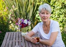 Ανώτερη γκρίζα μαλλιαρή καυκάσια γυναίκα στον κήπο Στοκ φωτογραφίες με δικαίωμα ελεύθερης χρήσης
