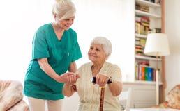 Ανώτερη γυναίκα με θηλυκό της caregiver στοκ φωτογραφία