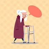 Ανώτερη γυναίκα με συνομιλίας φυσαλίδων τη σύγχρονη κυρία μήκους γιαγιάδων πλήρη Απεικόνιση αποθεμάτων