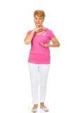 Ανώτερη γυναίκα με την κορδέλλα συνειδητοποίησης καρκίνου του μαστού Στοκ Εικόνες
