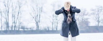Ανώτερη γυναίκα με την ουδετεροποίηση το χειμώνα στοκ φωτογραφία