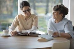 Ανώτερη γυναίκα με την προσφορά caregiver στοκ φωτογραφία με δικαίωμα ελεύθερης χρήσης