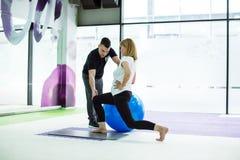 Ανώτερη γυναίκα με την προσωπική άσκηση εκπαιδευτών με τη σφαίρα Στοκ Εικόνες