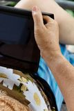 Ανώτερη γυναίκα με την ταμπλέτα Στοκ Εικόνες