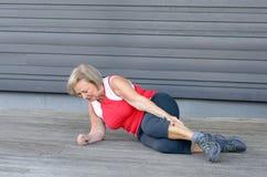 Ανώτερη γυναίκα με τους αυστηρούς αρμοσφίκτες μυών Στοκ Φωτογραφία