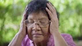 Ανώτερη γυναίκα με το ανησυχημένο τονισμένο πρόσωπο απόθεμα βίντεο